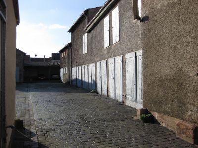 Einfahrt zum Hof mit Garagen (ehem. Stallungen)!