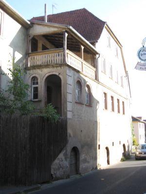 Einladender Eingangsbau mit hölzerner Loggia