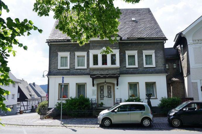 Haus in absoluter Bestlage. Ortsmitte Schmallenberg, Garagen, Stellplätze. Sehr repräsentativ. Ohne jegliche Provision.