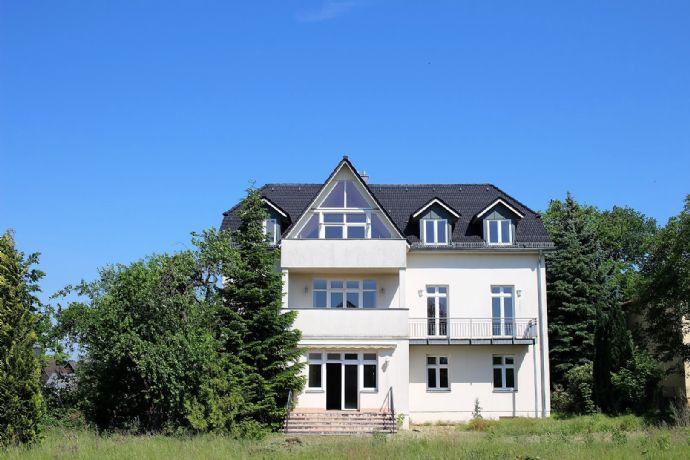 Residieren am Britzer Garten: Mehrfamilienvilla mit großen 3 Wohnungen, Garage und großzügiger Gartenanlage, hell und ruhig