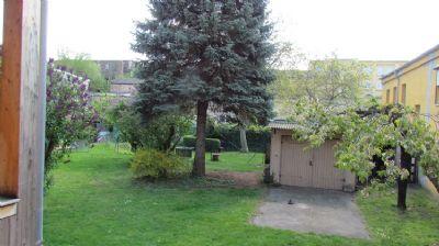 Gartenblick mit Garage