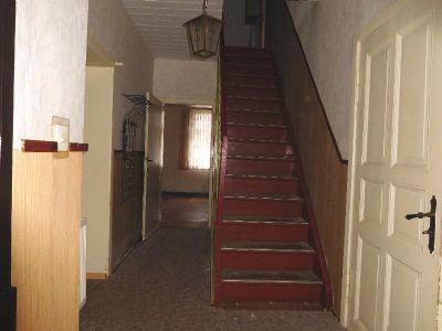Hausflur mit solider Treppe zum OG
