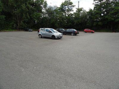 Großer Parkplatz am Ende des Grundstücks