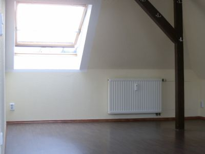 Schlafzimmer mit großem Dachschrägefenster