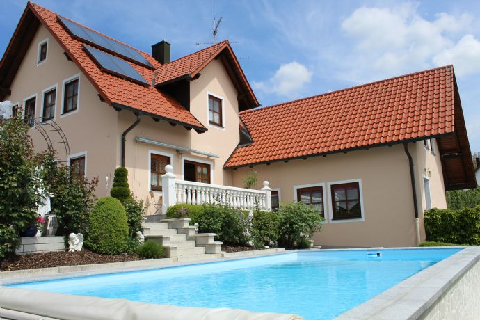 Exquisites Einfamilienhaus mit Garten, Pool, Einliegerwohnung und Baugrundstück