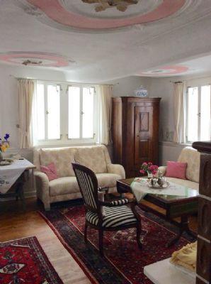 Behagliches Wohnzimmer mit malerischer Stuckdecke