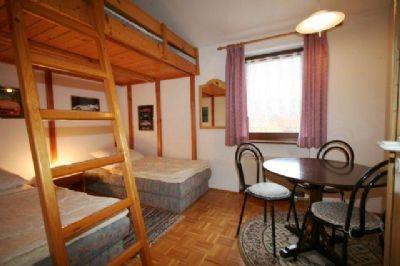 Schlafzimmer mit sep. Betten und Galerie