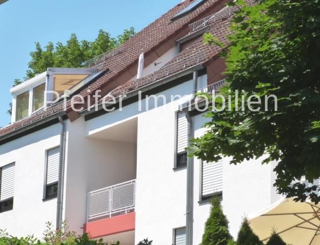 Schöne, attraktive Dachgeschoss-Wohnung mit Loggia in grüner Lage