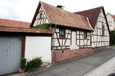 Kleines Gesindehaus mit angrenzender Scheune