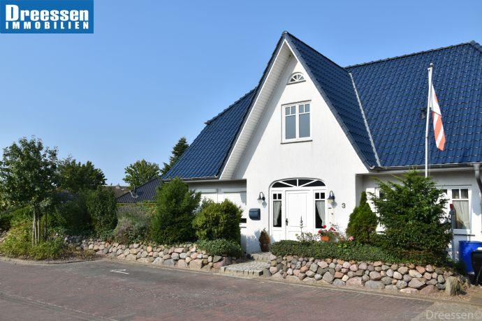 Büsum: Friesenhaus mit ca. 167,50 m² Wohnfläche und 728 m² Eigenland Grundstück in Spielstraße