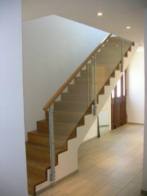 Treppenaufgang mit Eingangsbereich
