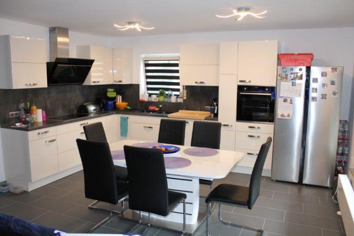 Sanierte Erdgeschosswohnung mit Garage und neuer Küche!!