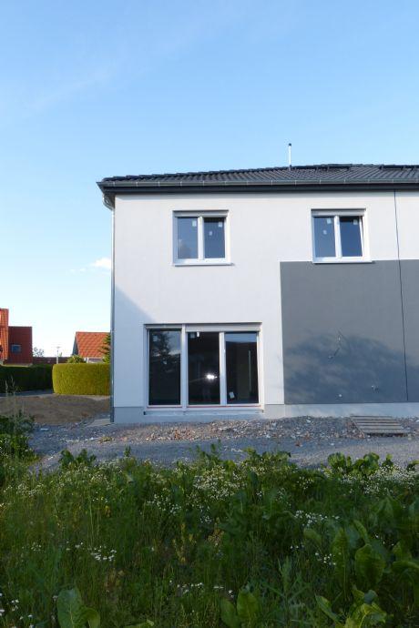 ERSTBEZUG: chice, moderne und helle Doppelhaushälfte mit Einbauküche, Terrasse und Garten in schöner grüner und ruhiger Lage
