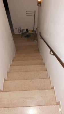 geschloss. Steintreppe mit Marmor