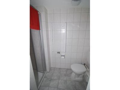 Schönes Dusch-Bad mit WC