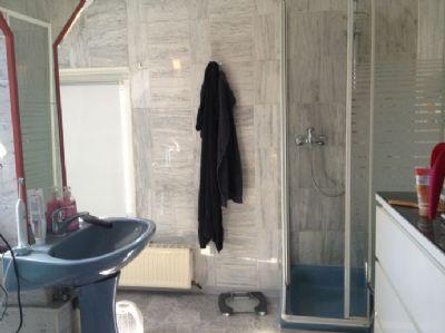Bad mit Dusche und 2 Waschtischen