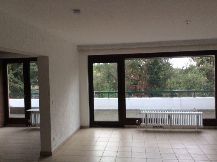 schöne und helle 4-Zimmer-Wohnung mit großem Balkon in Mönchengladbach