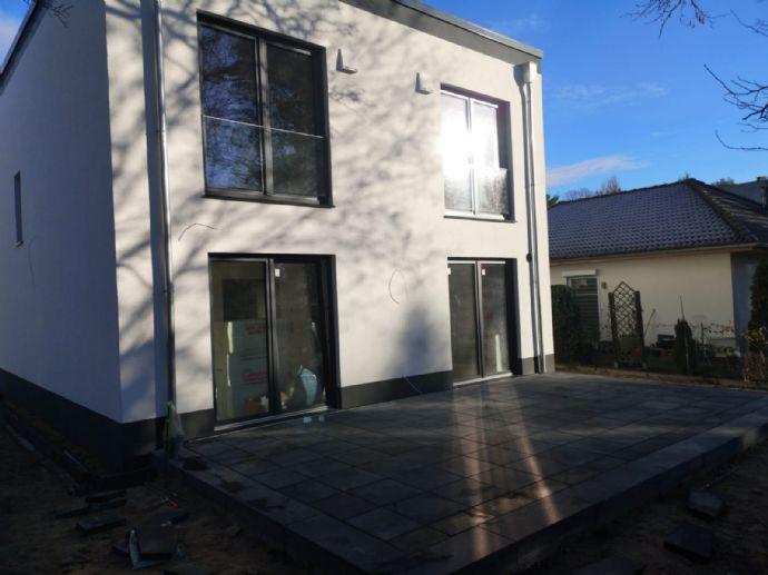 Neubau EFH inkl. komplettem Innenausbau mit angelegtem Garten und Carports