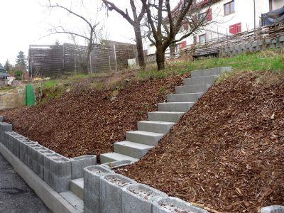 Hausrückseite - Treppe zur Gartenebene