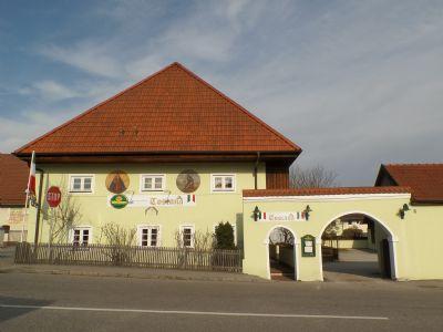 Hauptgebäude mit barocker Toranlage