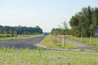 Airportallee mit Radweg zur A1