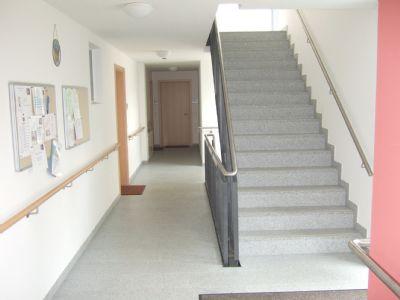 breite, einzügige Treppen