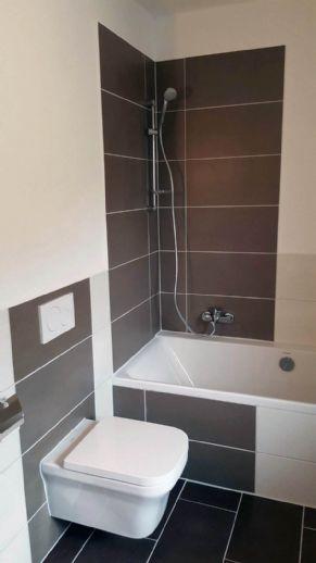 Bild 1 Von 13: Modernes Tageslichtbadezimmer Mit Badewanne/WC