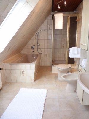 Großzügiges Bad im Dachgeschoss