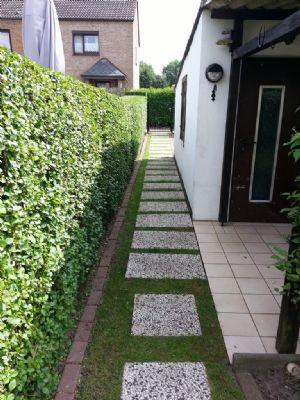 Garten mit Nebengebäude