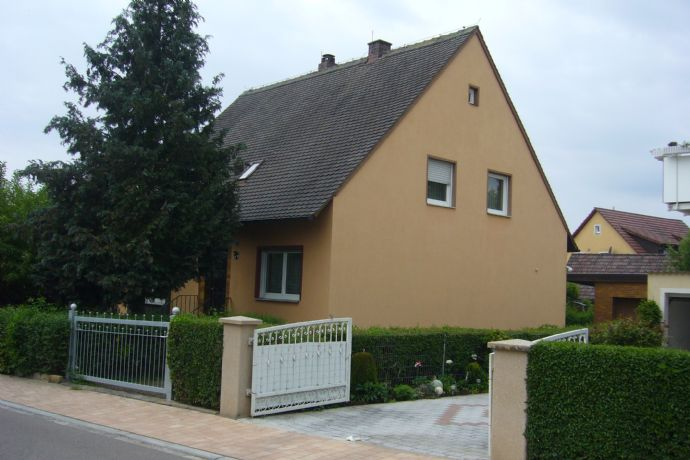 Gepflegtes Siedlungshaus mit separater Wohnung im OG, Garagen und herrlichem Garten in Ansbach / Herrieden