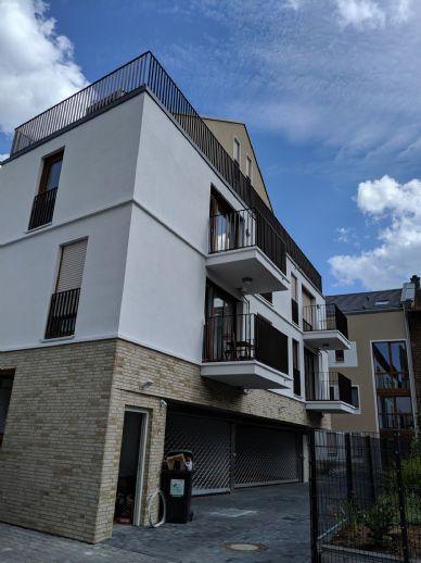 Möblierte helle Wohnung + Garage, Baujahr 2018, zentral in Niederrad