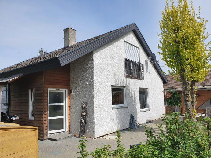 Freistehendes Einfamilienhaus mit Garage und Carport. Sehr schöne, ruhige Lage