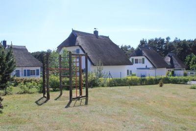 Spielplatz der Wohnanlage und Nachbarbebauung