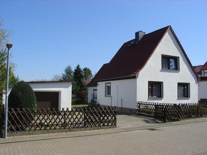 Idyllisch gelegenes Einfamilienhaus mit sonnigem Grundstück, Garage, Werkstatt und Carport zu verkaufen.