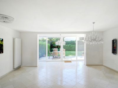 Lichtdurchflutetes Wohnzimmer