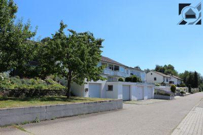 Einfamilienhaus mit zusätzlich ausgebauten Wohnräumen im Gartengeschoss, 3 Garagen und Freisitz