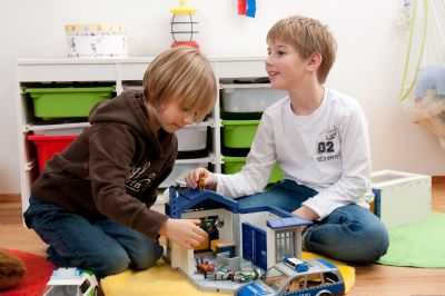 Kinder spielt im Kinderzimmer
