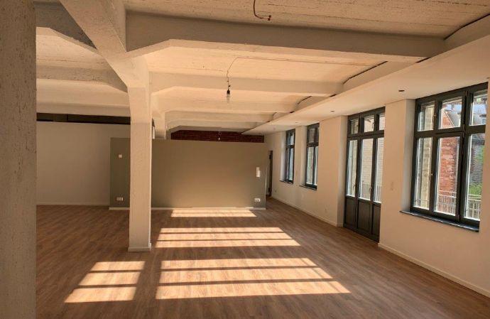 Ihr neues Wohnquartier heißt Gostenhof: Schickes Loft im 2. OG mit Aufzug direkt ins Loft und Süd-Balkon zum ruhigen Innenhof