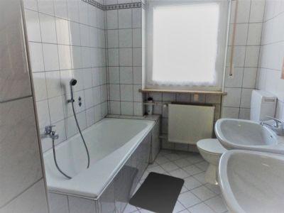 Bad mit Wanne und Doppelwaschbecken, WC