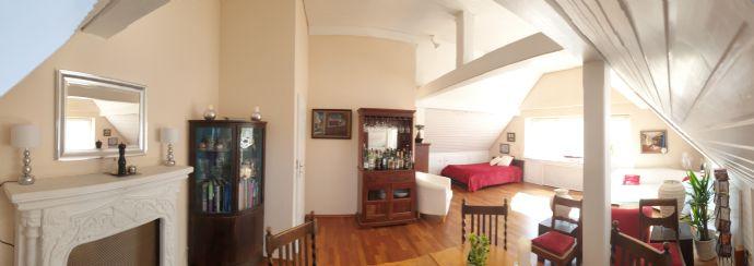 Stilvolle, ruhige 2,5-Zimmer-Maisonette-Wohnung mit 2 Dachbalkonen und EBK in Gräfelfing