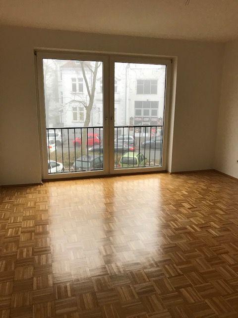 Komplett sanierte Wohnung mit Einbauküche, Parkettboden und Balkon