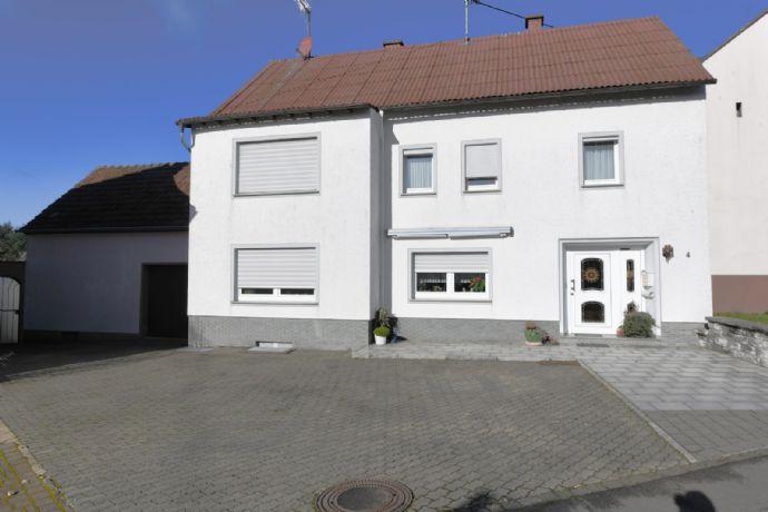 Zum Verkauf in das gemütliche Dorf Brockscheid gepflegtes und geräumiges Einfamilienhaus (zirka 130 m² Wohnfläche) mit Garage und Garten.
