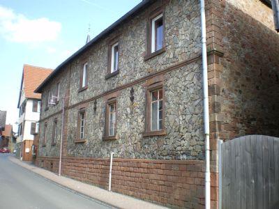 Strassenfront mit Toreinfahrt und Wohnhaus
