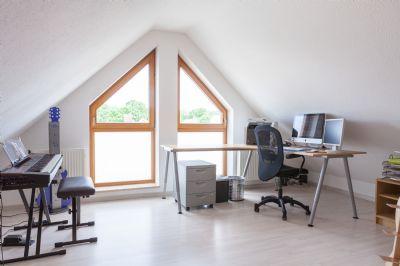 Studio im DG mit großen Fenstern