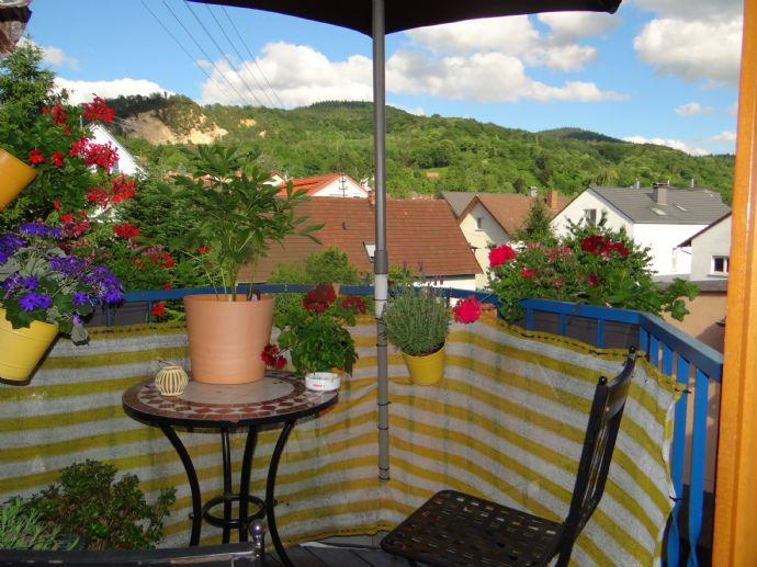Mit Lounge Balkon und Steinbruchblick am Wohnbereich im Dachgeschoss