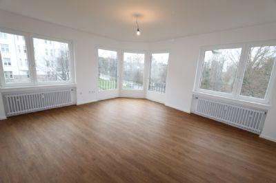 Erstbezug nach Komplettsanierung: wunderschöne 3 Raum Wohnung mit Balkon und Mansarde!