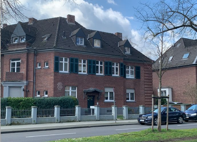 Erstbezug nach Komplettsanierung! Dachgeschosswohnung mit Balkon in historischer Stadtvilla zu vermi