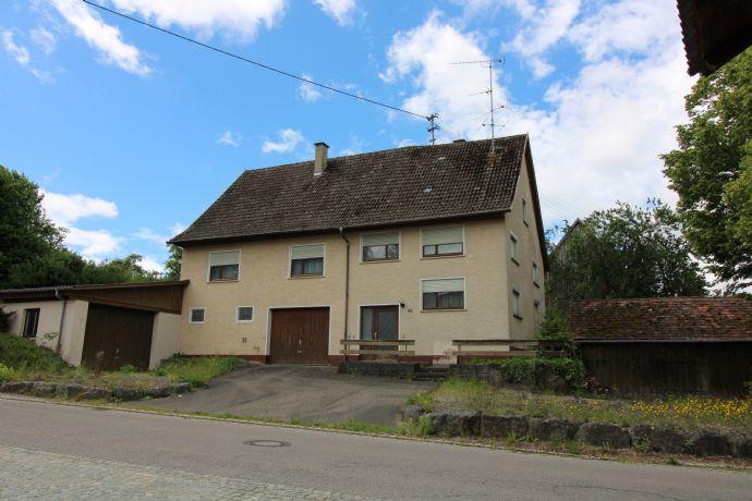 Wohnhaus mit Garage und Holzschopf