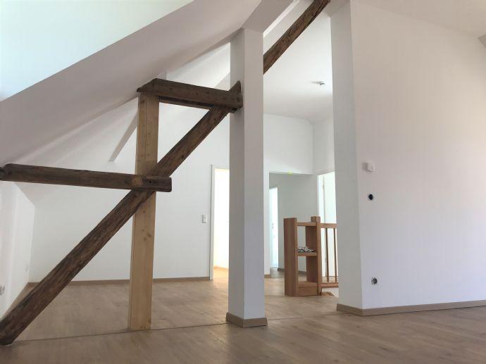 Bezaubernde, gut geschnittene Wohnung in zentraler Lage zum Erstbezug in neu saniertem Altbau mit Fußbodenheizung und Balkon