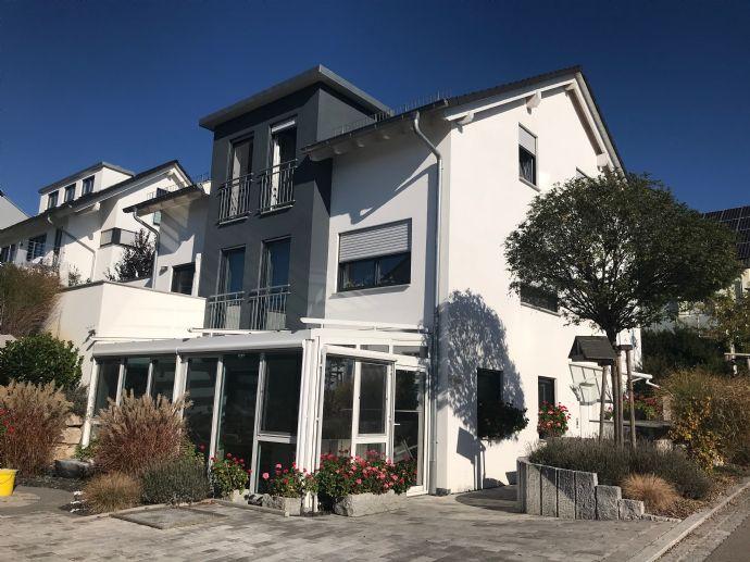 Vielfältige Nutzungsmöglichkeiten auf 118 m² - moderne, barrierefreie 3-Zi. EG-Wohnung mit Wintergarten und großem Nutzraum